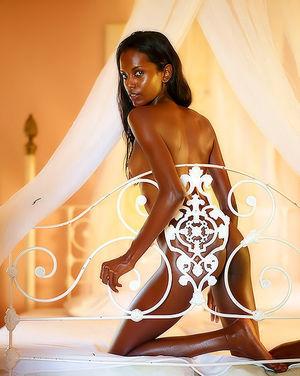 Худенькая негритянка с маленькими сиськами 6 фото