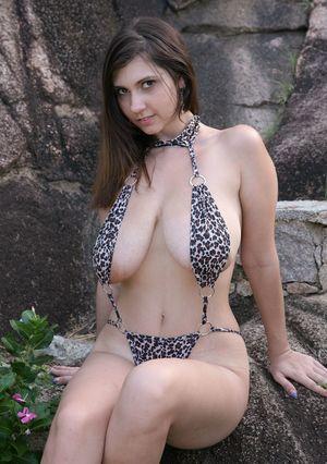 Брюнетка в леопардовом купальнике
