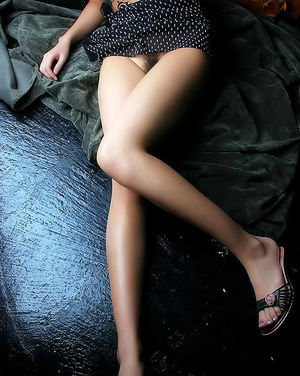 Азиатка с маленькой грудью показывает волосатую киску 3 фото