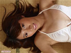 Азиатка с красивой задницей ласкает мохнатку