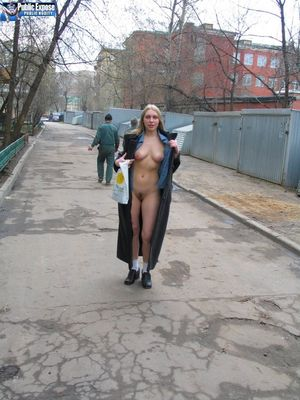 Блондинка эксгибиционистка круто оголяется на улице 11 фото
