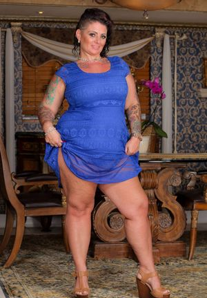 Пышная тетка с татуировками 4 фото