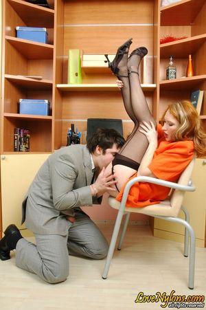 Русская секретарша в чулках занялась сексом со своим начальником 10 фото