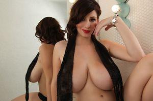 Девушка с уникальной грудью 4 фото