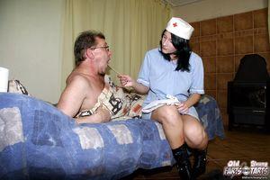 Старый пузатый мужик поимел молоденькую медсестру у себя в квартире 5 фото
