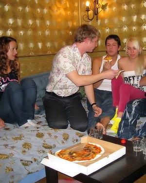 Встреча друзей переросла в групповуху 2 фото
