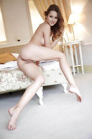Худенькая девка раздвинула ножки 4 фото