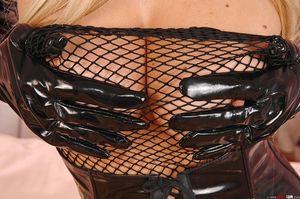 Шлепает себя по бритой пизде в латексном костюме 9 фото