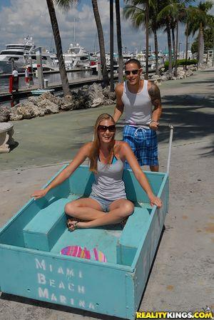 Пара занимается анальным сексом на яхте 11 фото