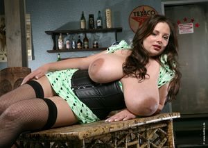 Женщина вывалила свою огромную грудь 25 фото