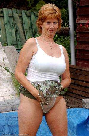 Похотливая бабуля на даче оголила киску. 2 фото