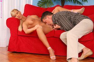Худенькая Маша на красном диване долбится с горячим мужиком 2 фото