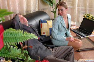 Блонда усыпила парня и получила от него анальный секс 3 фото