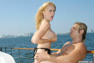 Покатал блонду на яхте и на своем члене 3 фото