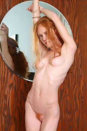 Рыжая сучка мастурбирует 14 фото