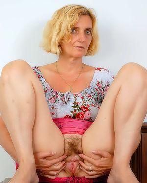 Зрелая женщина пробует себя в роли фотомодели 5 фото