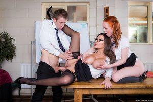 Парень и его подруга показывают уроки секса молоденькой девушке 17 фото