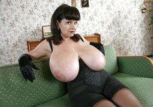 Зрелая брюнетка с гигантскими титьками. 6 фото