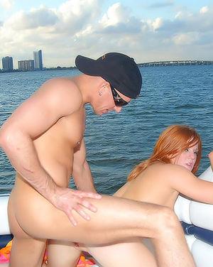 Зрелая рыжуха ебется в задницу на яхте 11 фото
