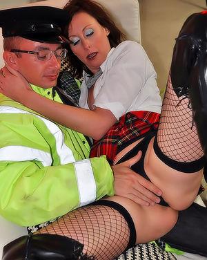 Насадила пилотку на стояк работника дорожной службы 4 фото