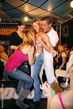 Пьяные красотки пытаются склонить стриптизеров к сексу 6 фото