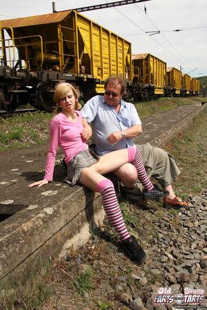 Девушка трахается на улице со взрослым мужиком прямо рядом с поездами 6 фото