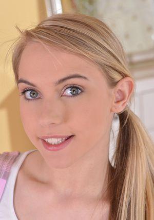 Милая блондинка ласкает свою письку 7 фото