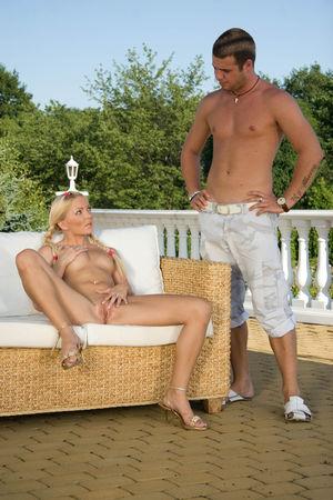 Блондинка с косичками отдается на балконе в мягкое влагалище 5 фото