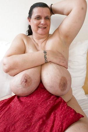 Развратная бабуля с обвисшими дойками и мохнатой мандой 5 фото