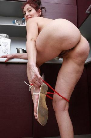 Домохозяйка оголила свои дырки на кухне 9 фото
