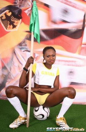 Негритянка фоткается, чтобы привлечь спонсоров к женскому футболу 5 фото