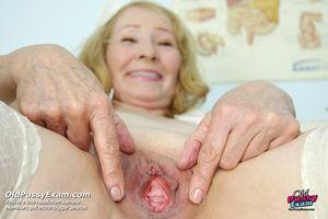 Старая медсестра растягивает пизду у себя в кабинете