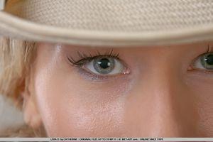 Гибкая блондинка в ковбойской шляпе 9 фото