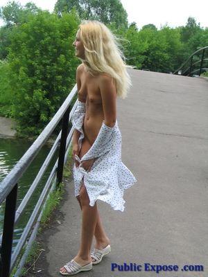 Блондинка сняла платье посреди людной улицы 8 фото