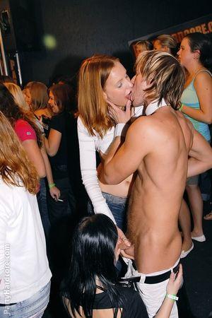 Пьяные бабы устроили групповой секс в ночном клубе 7 фото