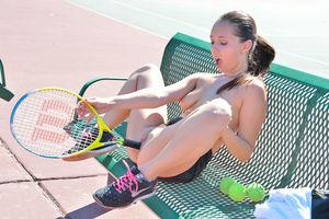 Девка пихает ракетку в свою пизду 7 фото