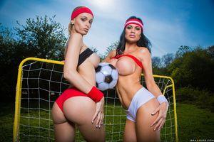 Футболистки уединились со своими фанатами 7 фото
