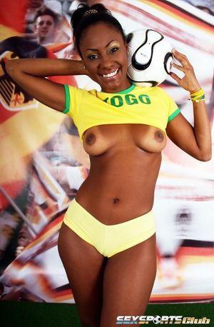 Красивая негритянка в футбольной форме 5 фото