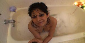Трахнул зрелую брюнетку в ванной комнате 3 фото