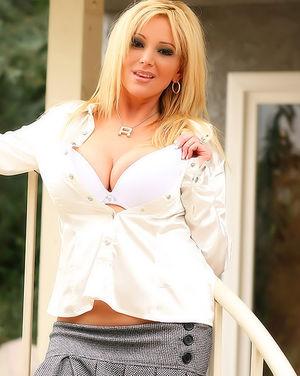 Шикарная блонда в короткой юбке без трусиков 2 фото