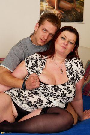 Толстая баба скачет на молодом члене 0 фото