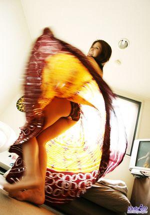 Шикарная азиатка наслаждается покупкой юбки 1 фото
