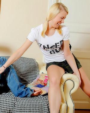 Блонда стонет от члена в своей русской пизде 2 фото