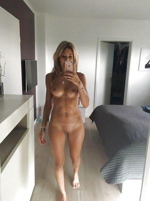 36-летняя блондинка делает эротические фото на отдыхе 2 фото