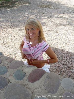 Блондинка задирает юбку в публичных местах 4 фото