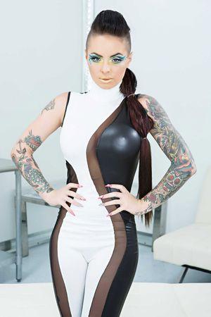 Порно фото стройной женщины с татуировками. 4 фото