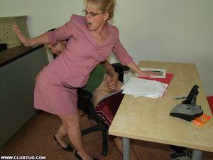 Начальница застукала за мастурбацией 5 фото
