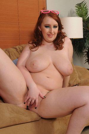 Милая толстушка в ярком наряде 14 фото