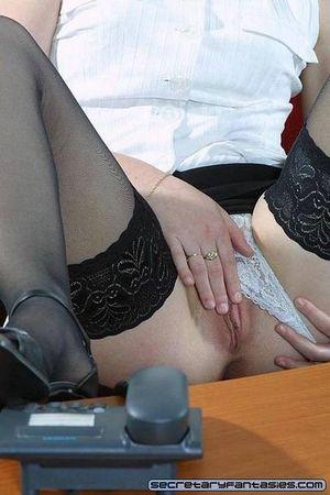 Белокурая секретарша мастурбирует на рабочем месте 12 фото