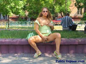 Блонда мастурбирует пизду лежа на траве 2 фото
